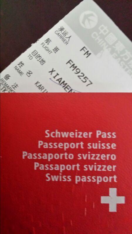 ...le passeport rouge à croix blanche en poche.